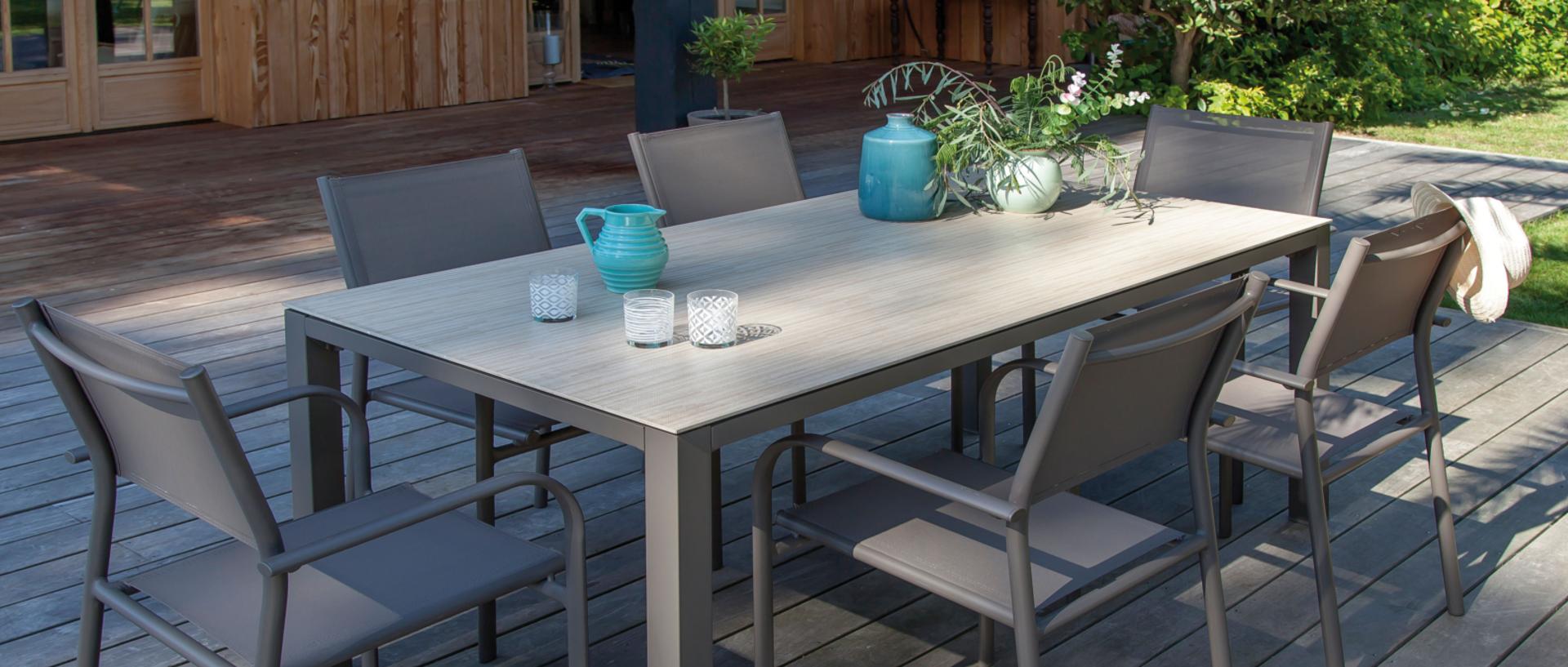 Table Bavella + fauteuils Duca