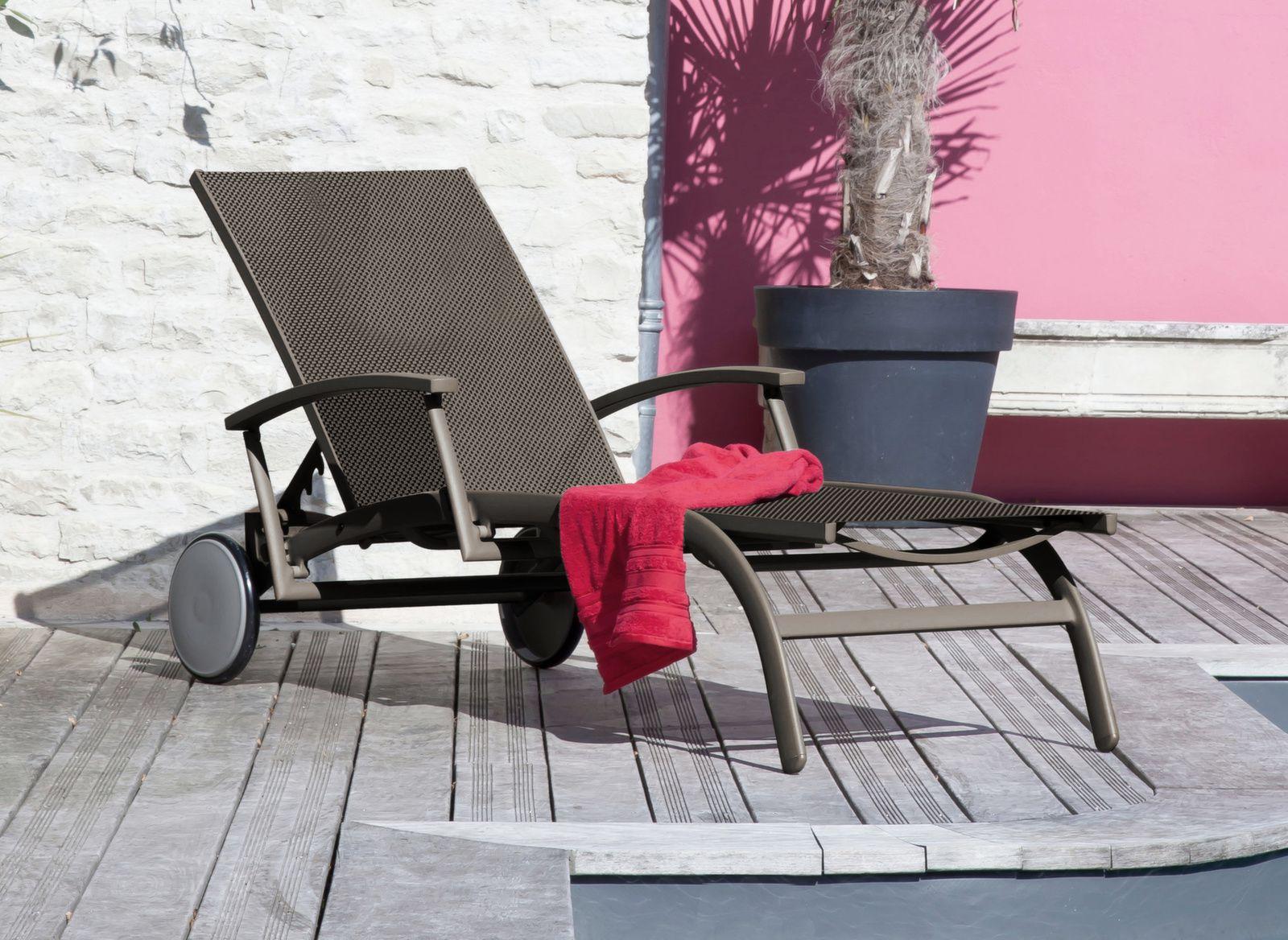 bain de soleil r glable avec accoudoirs l gance oc o proloisirs. Black Bedroom Furniture Sets. Home Design Ideas